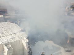 محاولة اطفاء حريق كبير للورق في منطقة اوفيكيم بالجنوب