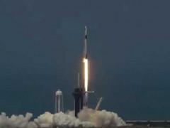 """إطلاق صاروخ """"سبايس إكس"""" وعلى متنه رائدا فضاء لأول مرة بالتاريخ"""