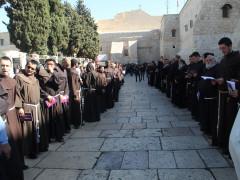 بيت لحم تستقبل حارس الاراضي المقدسة وبيده قطعة من مذ ود سيدنا يسوع المسيح