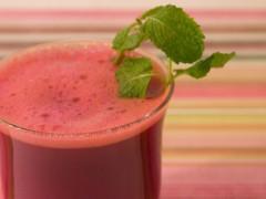 يسهل الهضم ويطرد السموم.. فوائد ذهبية لهذا العصير الأحمر