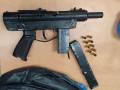"""القبض على مشتبه بعد أن تم تفتيش منزله وضبط سلاح """"كارل جوستاف"""" وذخيرة"""