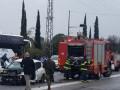 حادث طرق صعب، حيث تعمل الطواقم باستخدام معدات خاصة وحريق في طرعان