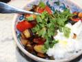 طبق حمص، باذنجان، كزبرة وطماطم مع اللبنة
