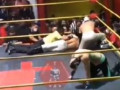 وفاة المصارع المكسيكي لويس انجيل الملقب أمير الهواء